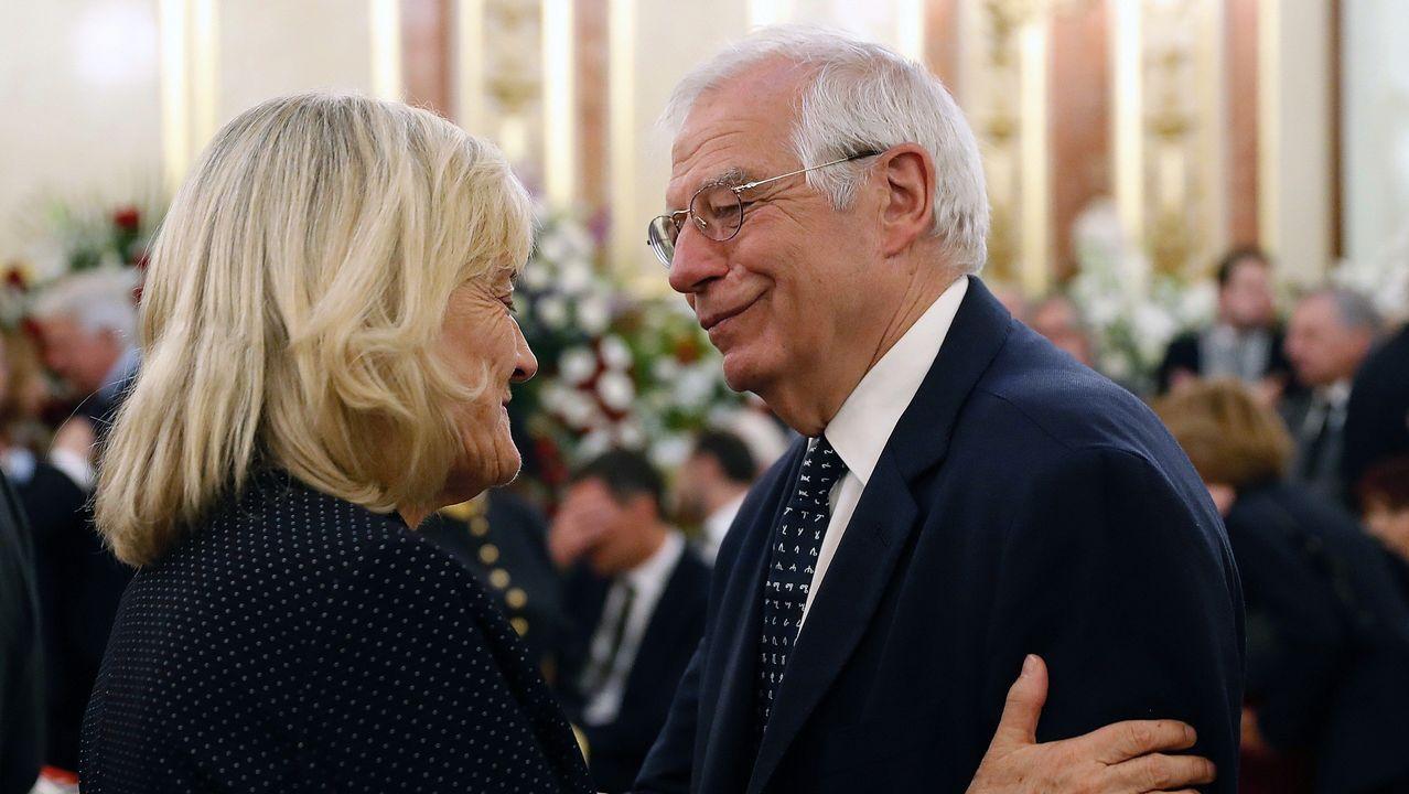 Josep Borrell, con la viuda de Rubalcaba, Pilar Goya