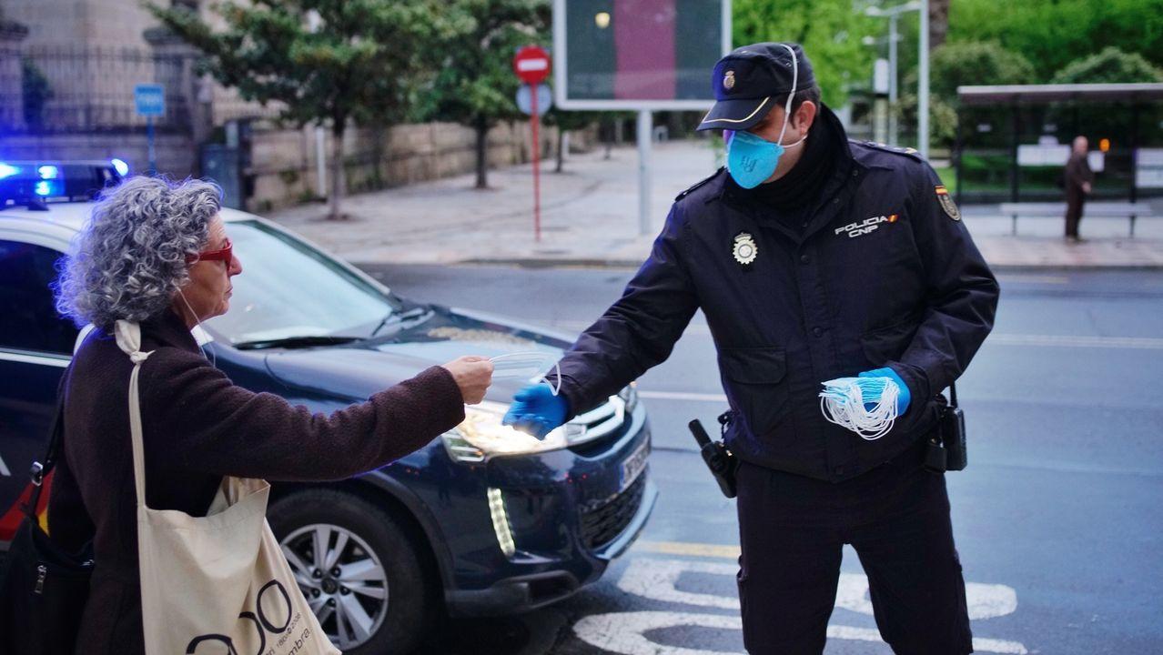 La Policía Nacional reparten mascarillas a usuarios del autobús en Ourense