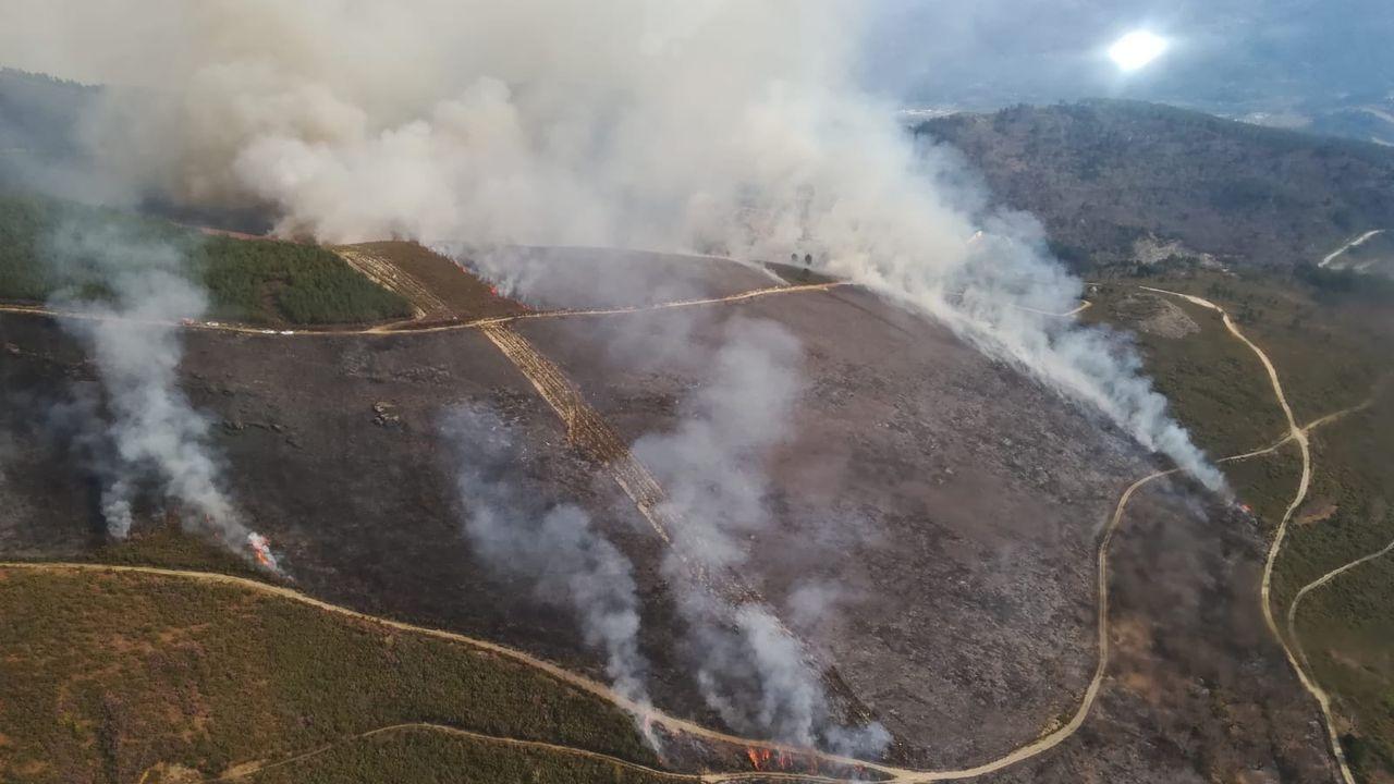 Así trabajan los agentes medioambientales del parque de O Invernadeiro.Incendio en la parroquia de San Vicente de Vilamartín de Valdeorras.