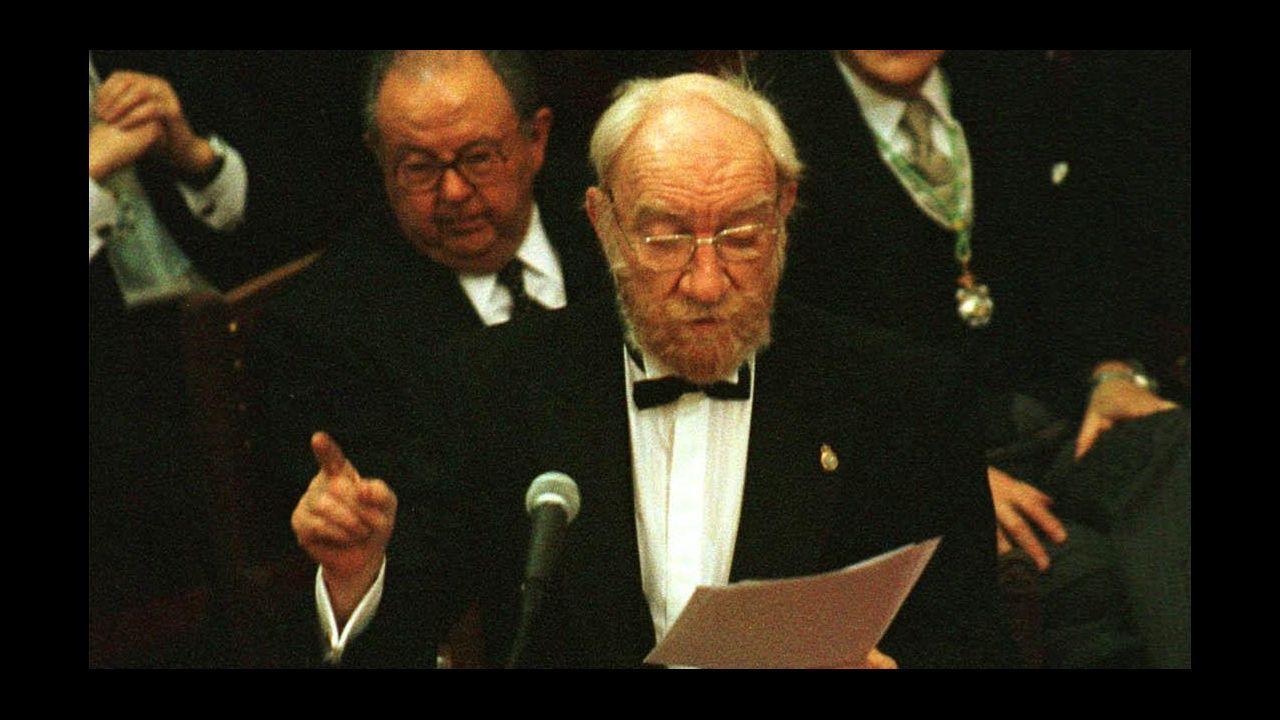 Fernán Gómez, leyendo su discurso en la toma de posesión como académico de la RAE