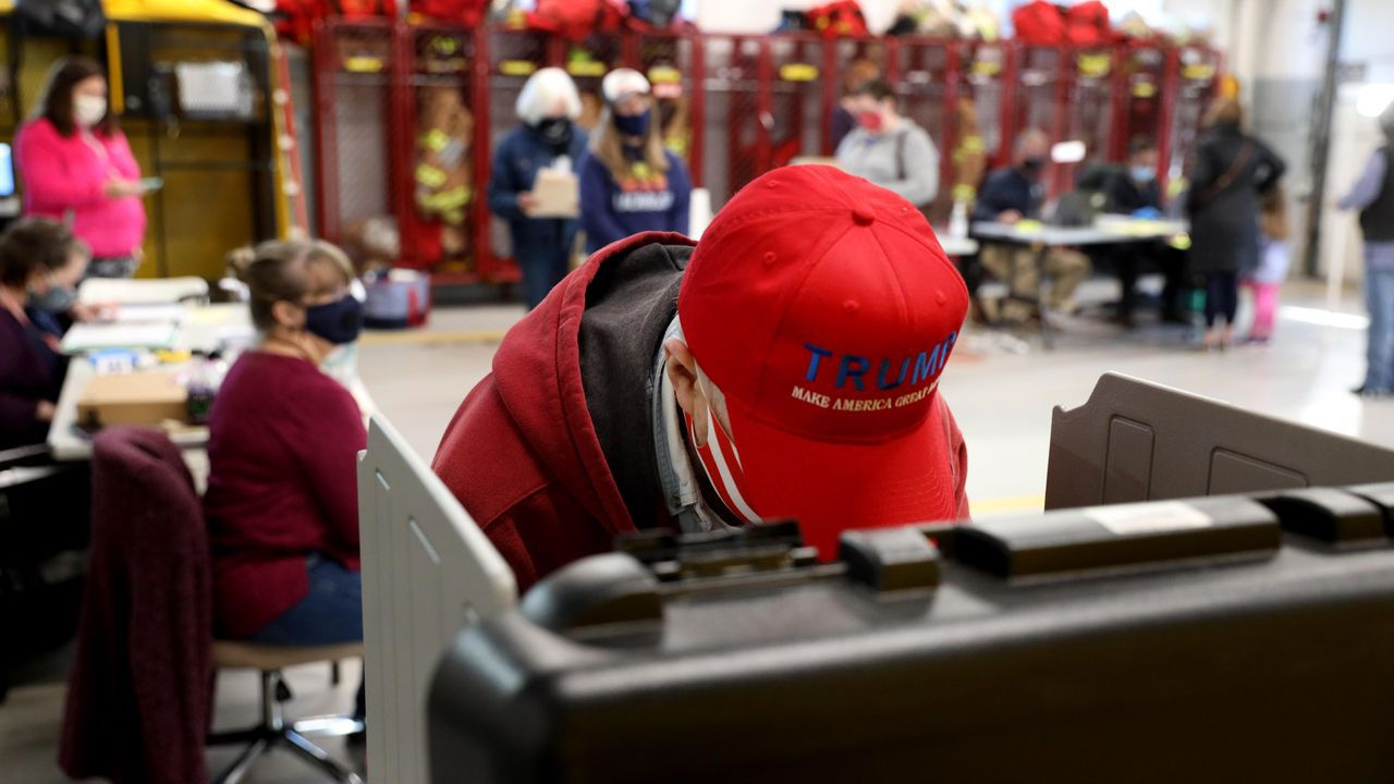 Ambiente en un colegio electoral de Carolina del Norte