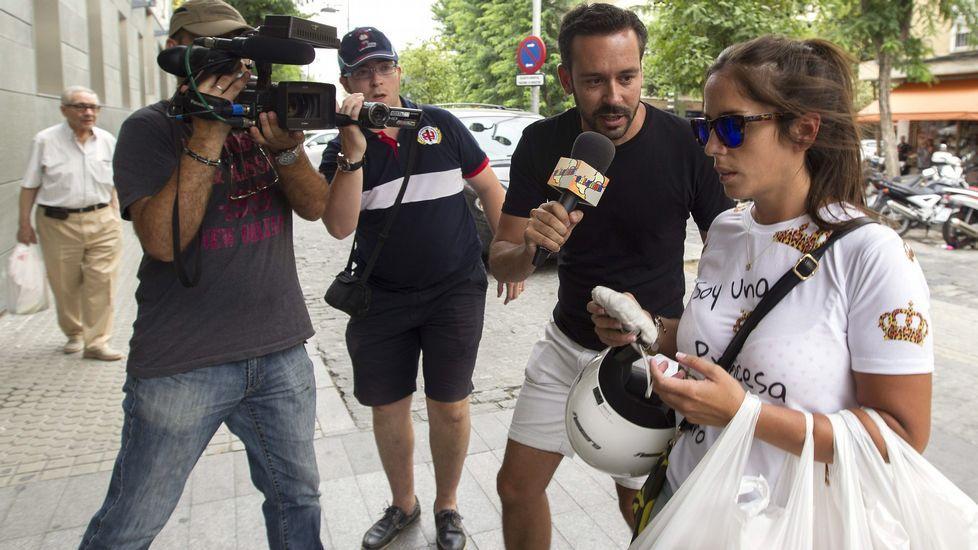 La sobrina de Isabel Pantoja, Anabel, a su llegada al Hospital Infanta Luisa, donde se encuentra ingresada la cantante.