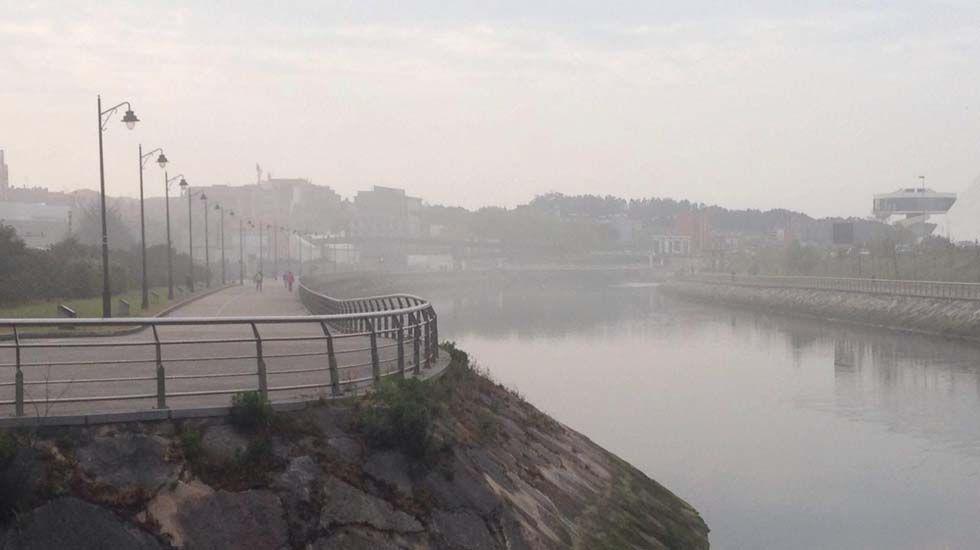 Baterías de coque de la planta de Arcelor en Gijón.Niebla en la ría de Avilés generada por la fuga