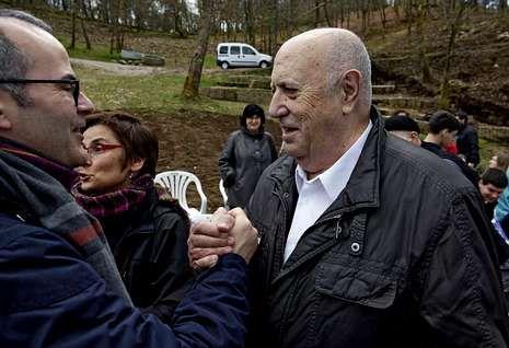 O conselleiro Xesús Vázquez saúda a Xosé Luís Méndez Ferrín, onte, na Ínsua dos Poetas.
