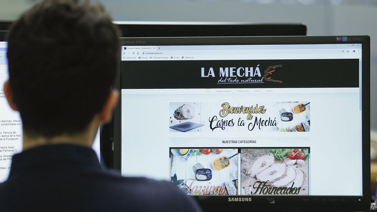 Un usuario consulta la página web de la marca que comercializó la carne contaminada
