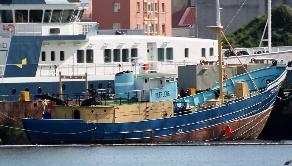 El pesquero, que el gobierno municipal quiere trasladar a la rotonda de Coia, permanece amarrado en el astillero Cardama.