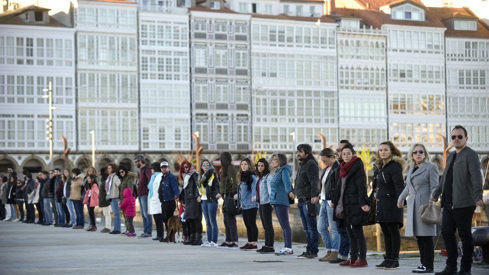 Cadena humana en A Coruña en recuerdo de Mateo González