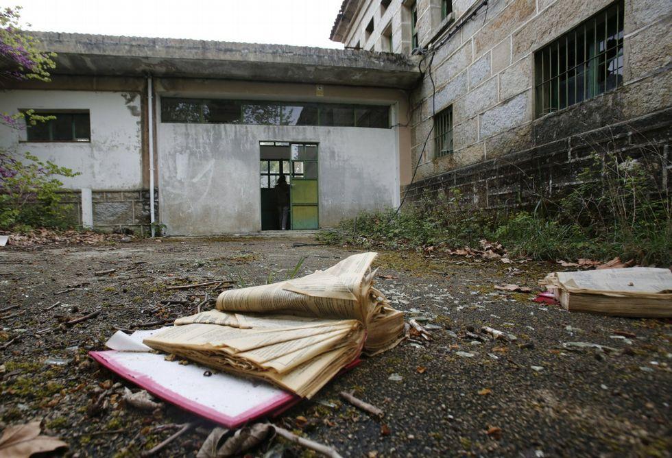 oscarsh.En las inmediaciones del edificio principal se encuentran restos de documentos médicos. <span lang= es-es >fotos</span><span lang= es-es > Miguel villar</span>