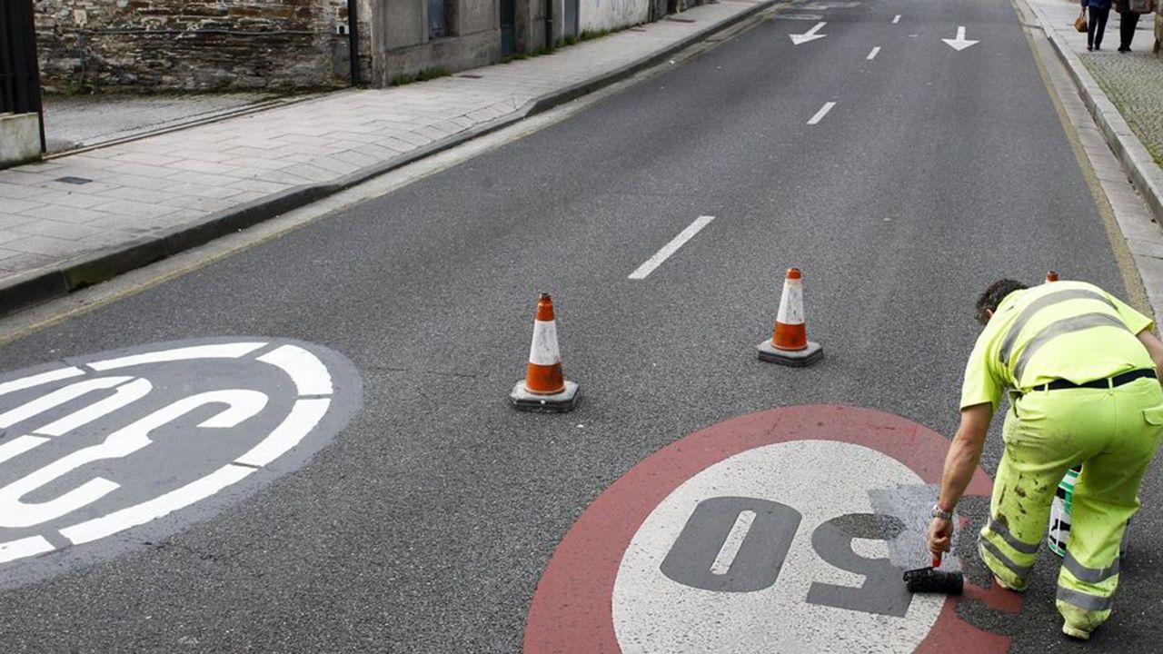 El Gobierno bajará en 2019 el límite de velocidad a 90km/h en todas las carreteras convencionales.Atasco en la entrada a Oviedo