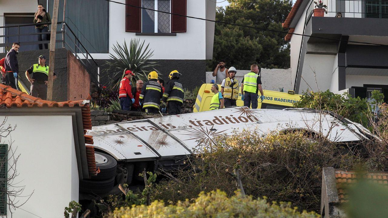 Rescatistas inspeccionan el sitio donde chocó el autobús con turistas en Canico, Santa Cruz, isla Madeira