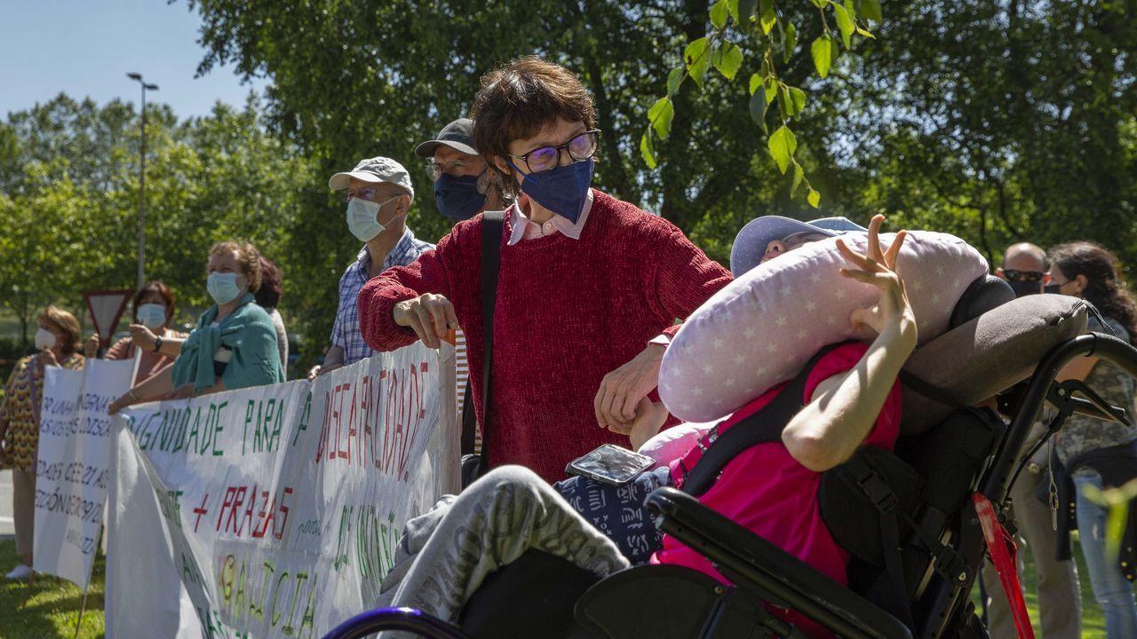 Una representación de las ANPA se concentró ayer de nuevo en Santiago
