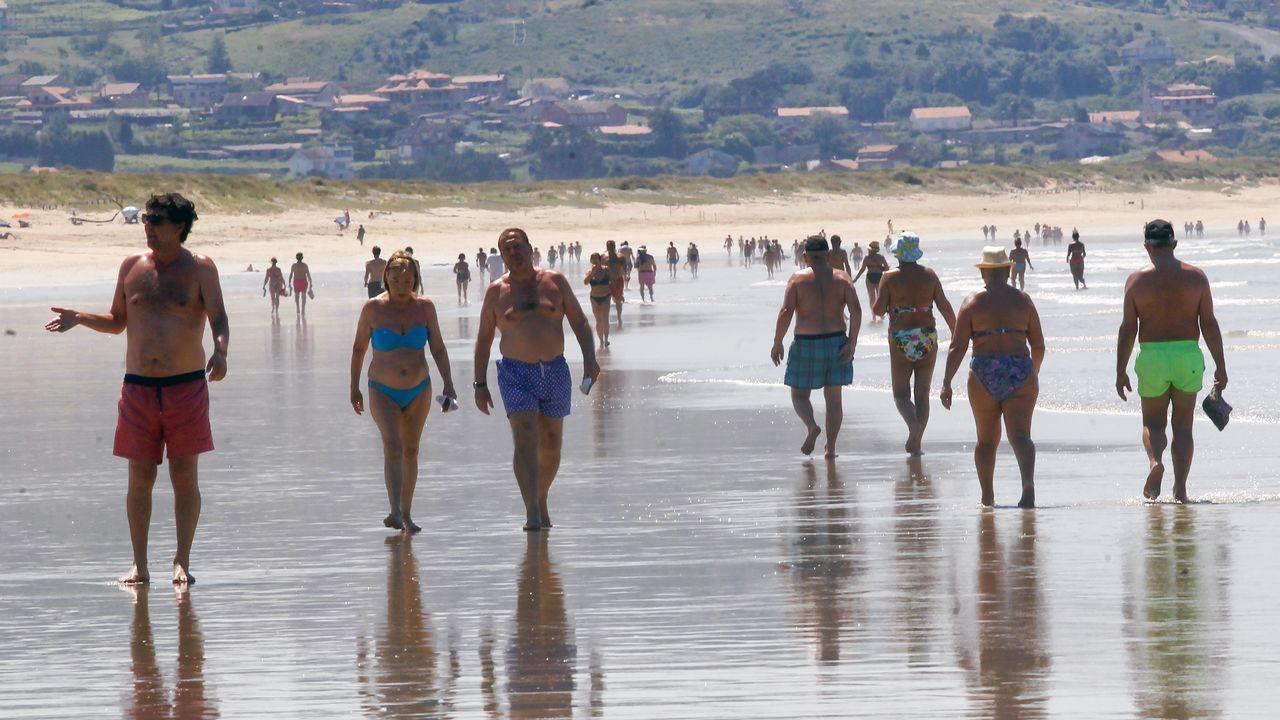Gente paseando por la playa de A Lanzada
