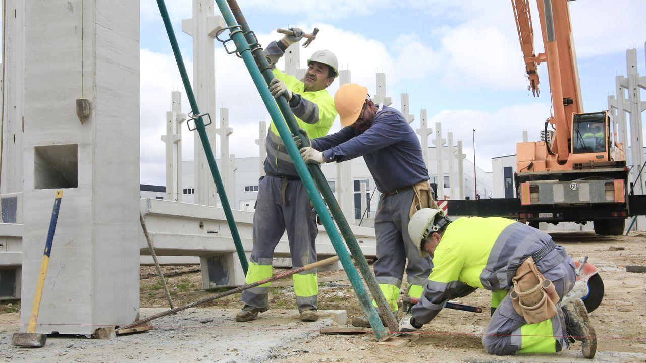 Obreros trabajando en Lugo el pasado 13 de abril tras casi dos semanas de parada obligda por el estado de alarma