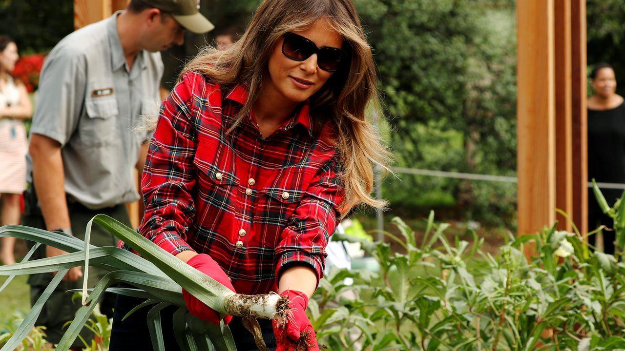 Melania Trump trabaja en la huerta de Michelle Obama