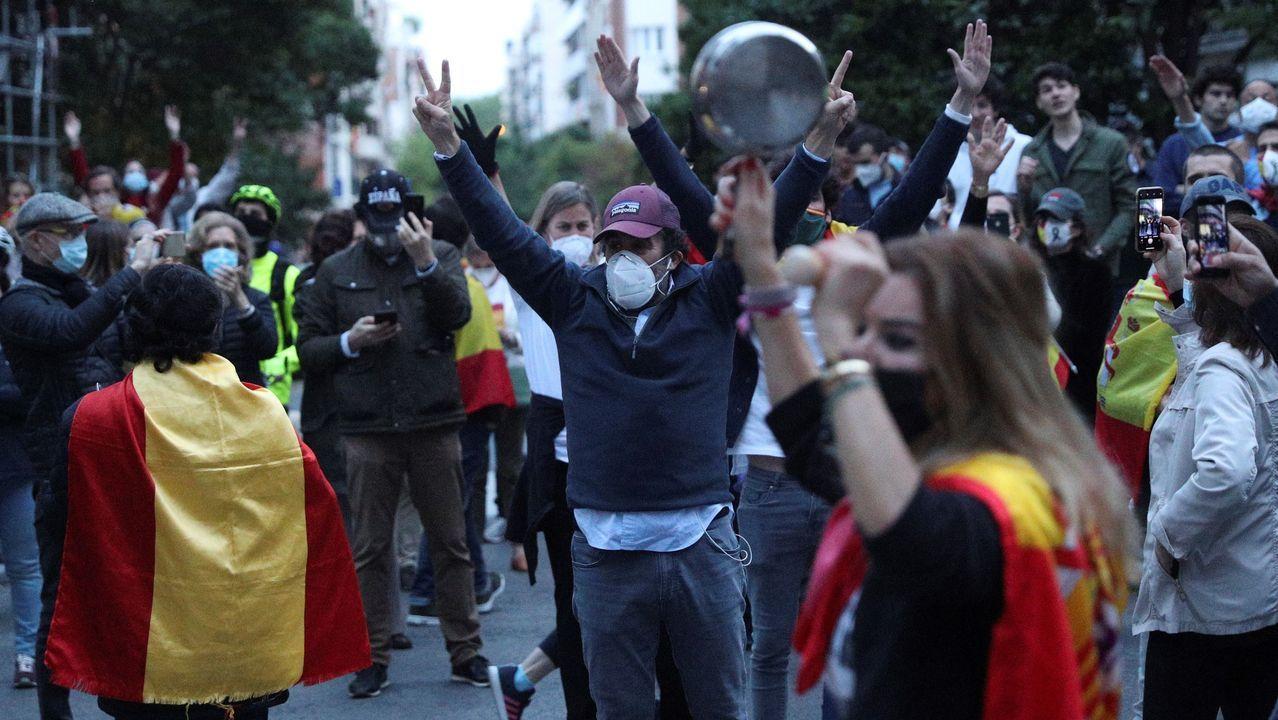 Vecinos del madrileño barrio de Salamanca participan en una protesta contra el Gobierno