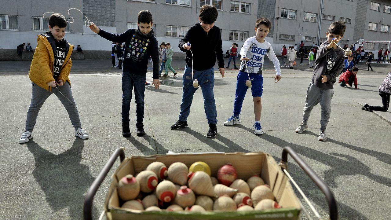 Los martes toca juego tradicional y alternativo al fútbol en el patio del colegio, actividades que tienen un enorme éxito y que, cuando no llueve, se completan con juegos de mesa