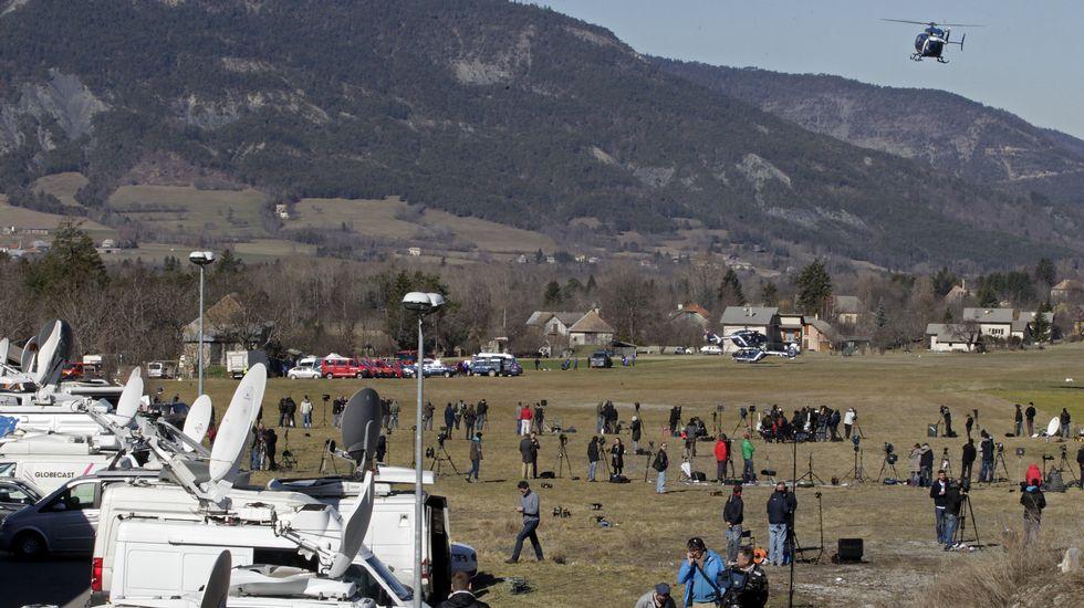 Centenares de periodistas trabajan en los pueblos de los Alpes situados cerca de la zona del impacto del Airbus 320.