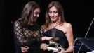 La actriz Anamaria Vartolomei felicita a la realizadora Audrey Diwan por el León de Oro de la 78.ª Mostra.