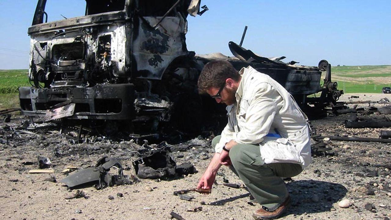 David Berain, ante los restos de un combate en el norte   de Irak en abril del 2003