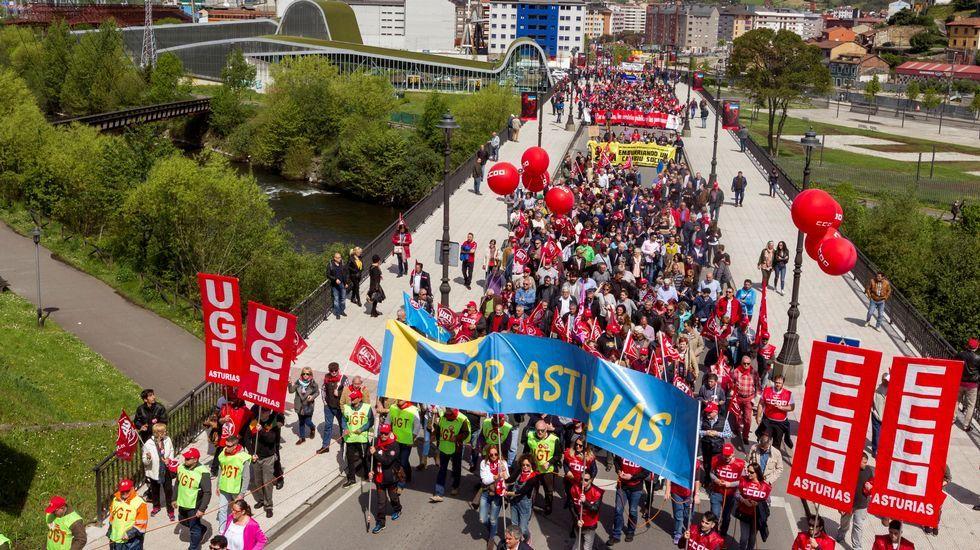 Vista de la manifestación convocada por CCOO y UGT de Asturias hoy en Langreo (Asturias), con motivo del Día Internacional del Trabajo bajo el lema  Tiempo de ganar: igualdad, mejor empleo, mayores salarios, pensiones dignas