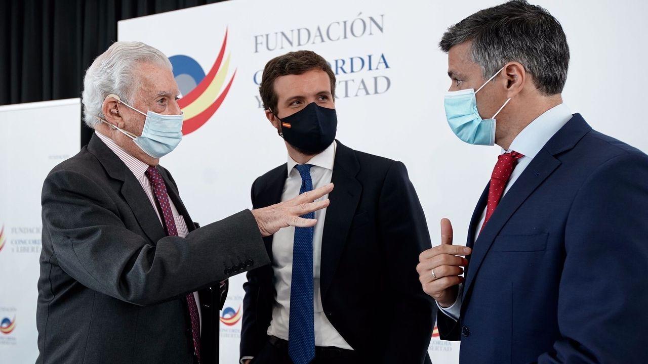 El líder del PP, Pablo Casado, junto al Premio Nobel de Literatura, Mario Vargas Llosa, y el líder opositor venezolano, Leopoldo López, hoy en Madrid