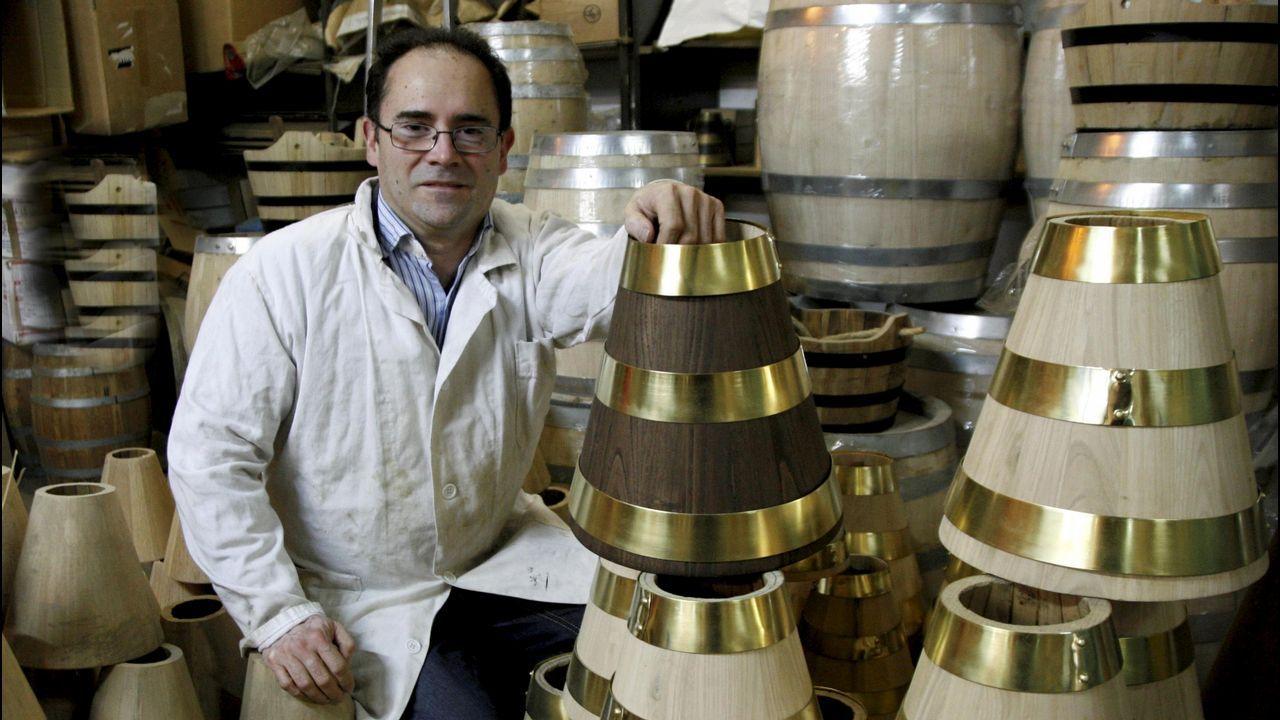 Las horas de permanencia en un bar de Betanzos tienen premio para los clientes.Carlos Vázquez, alcalde desde hace 16 años, hace campaña en un bar de Vilarmaior. César Delgado