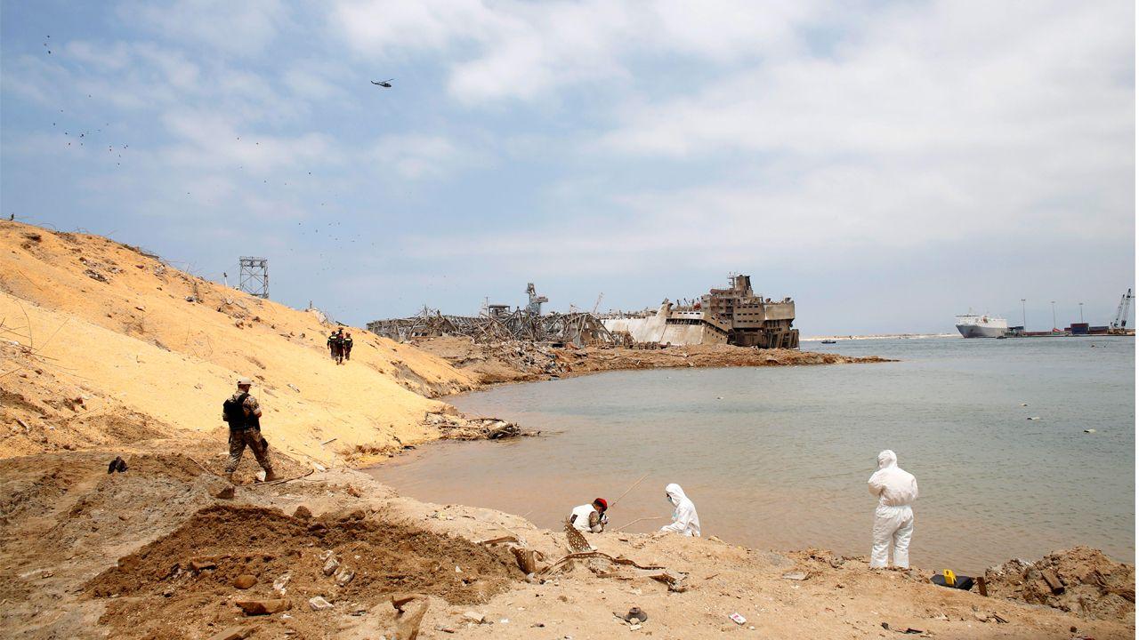 Investigadores y militares recogen pruebas en el socavón provocado por la explosión