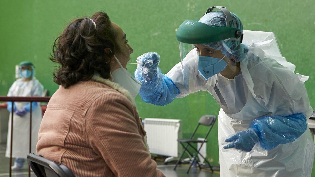 vacunacion asturias.Una mujer es sometida a una prueba PCR