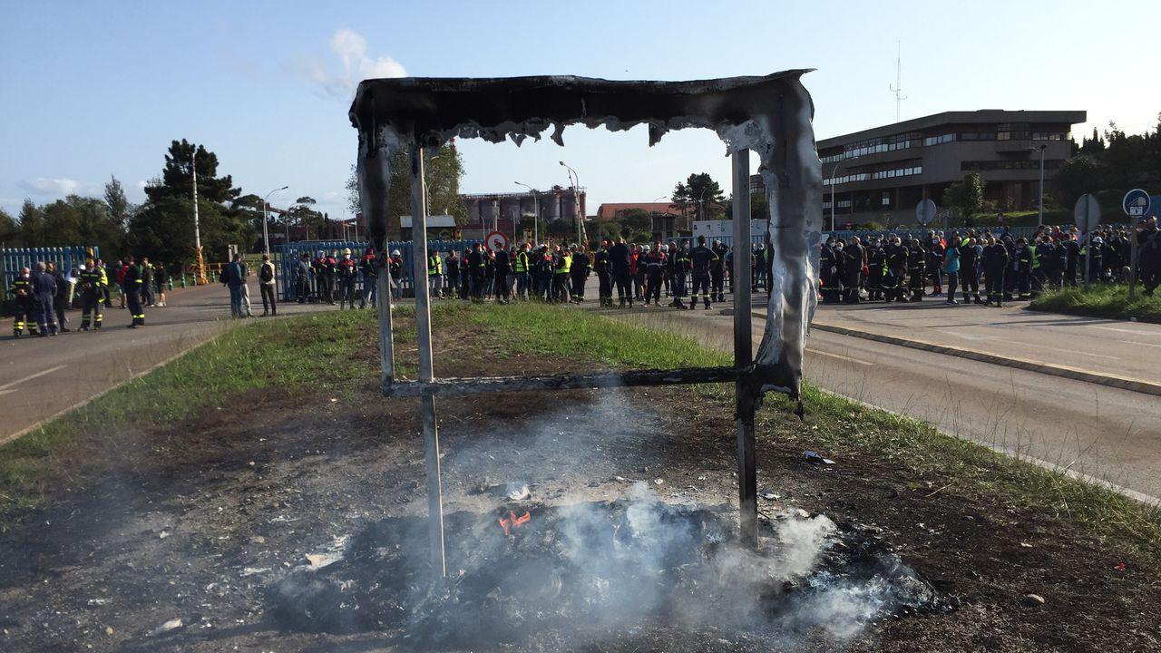 Protestas de los trabajadores de Alcoa San Cibrao delante de la fábrica.Los trabajadores de Alcoa y de las auxiliares han instalado una carpa a la entrada de la factoría de San Cibrao
