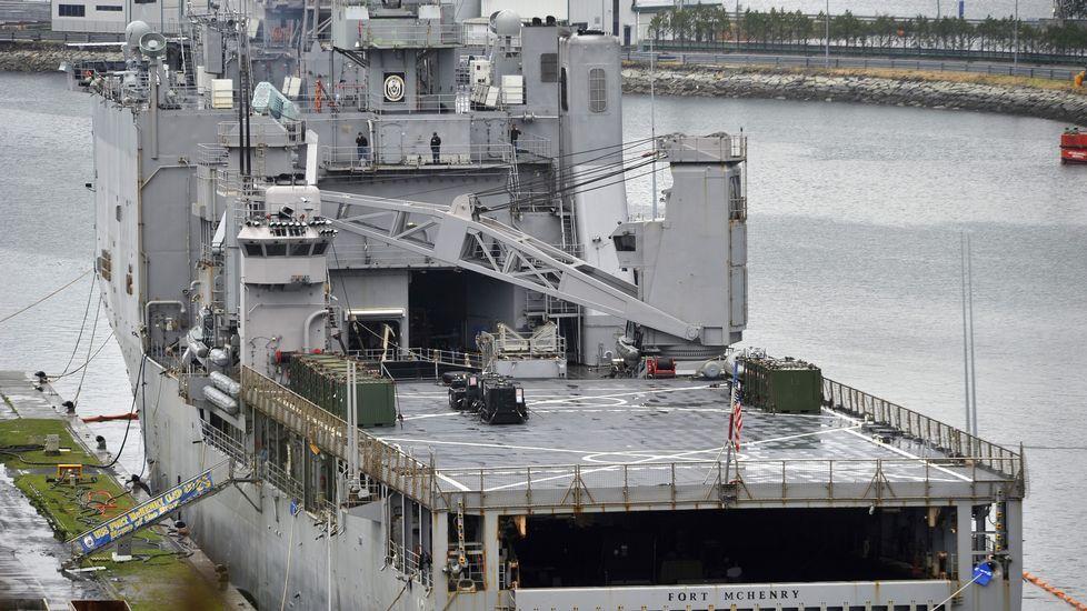 El buque norteamericano en la base de A Graña