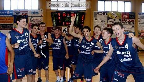 Los jugadores del Estudiantes celebraron el triunfo con sus amigos y familiares.