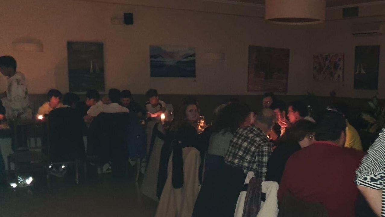 Cena de Navidad del club Rugbi Ferrol en un restaurante de A Malata, que se tuvo que celebrar a la luz de las velas por la falta de suministro eléctrico