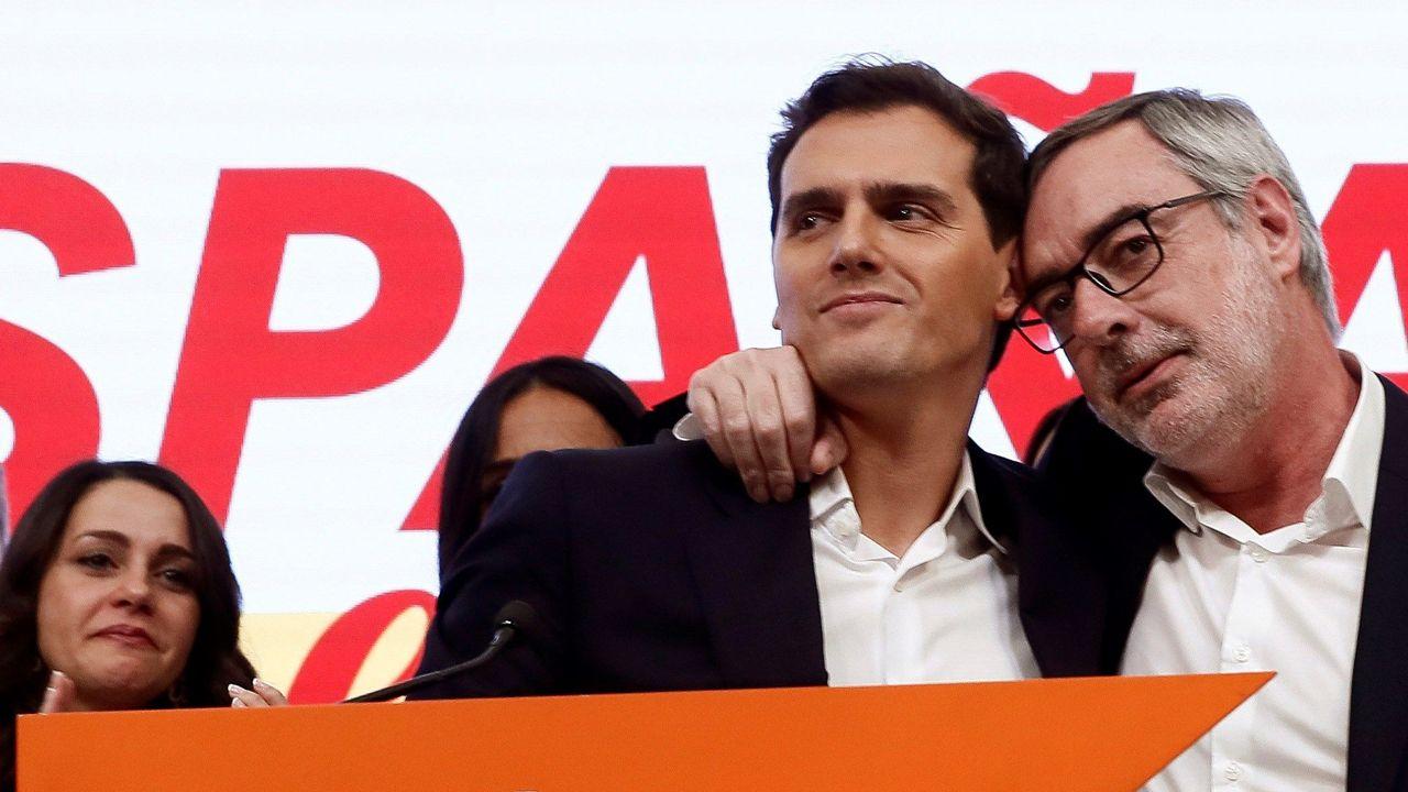 Villegas abraza a Rivera tras el anuncio de este de dejar la política en noviembre del 2019