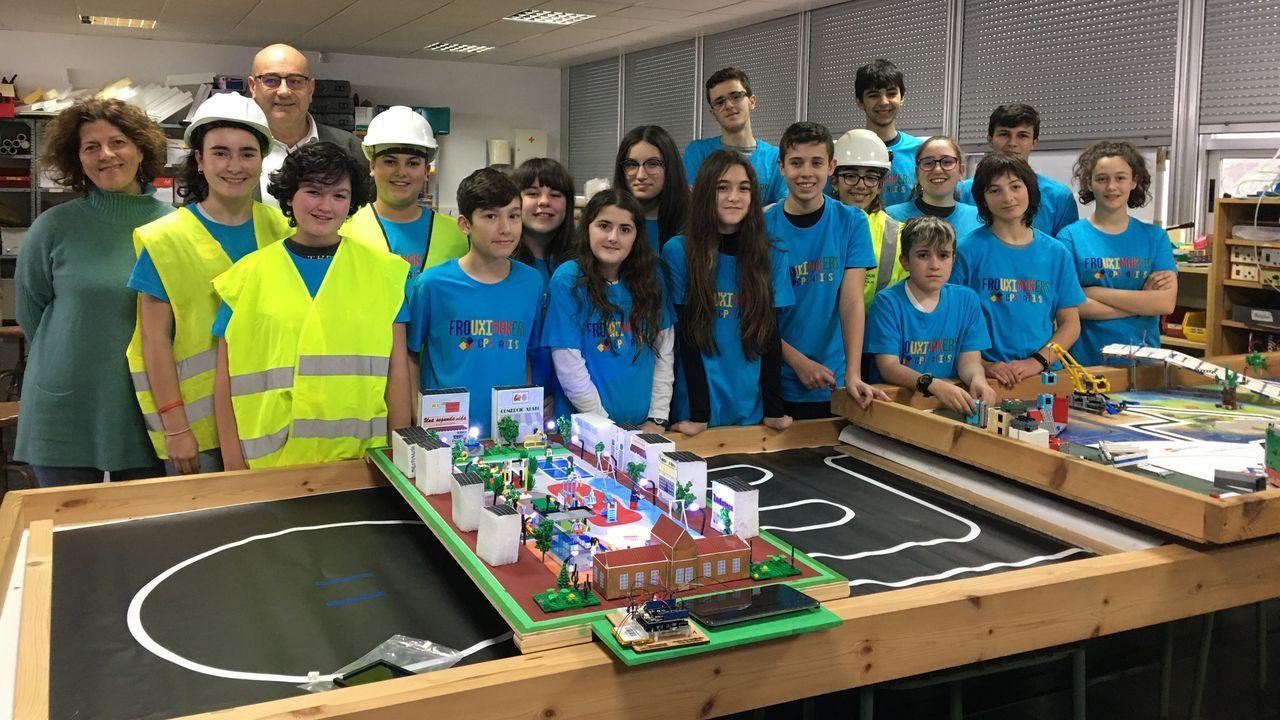 El equipo del Atios de Valdoviño con la maqueta de su proyecto de plaza urbana que presentarán en la First Lego League