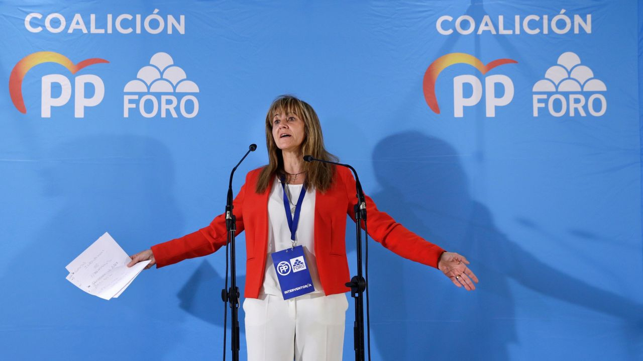 La cabeza de lista de la coalición PP-Foro, Paloma Gázquez, durante su comparecencia para valorar los resultados electorales