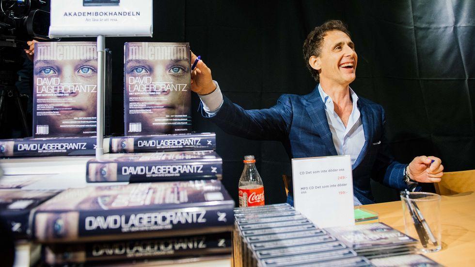 Solo cuatro ejemplos.David Lagercrantz, autor de la continuación de la trilogía  Millennium  creada por el escritor sueco ya fallecido Stieg Larsson, firmando ejemplares de la novela en una librería de Estocolmo el 27 de agosto, fecha de lanzamiento mundial de  Lo que no te mata te hace más fuerte