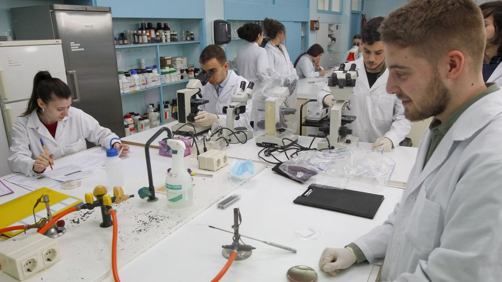 Imagen de archivo de alumnos del IES Leixa (Ferrol) en los laboratorios