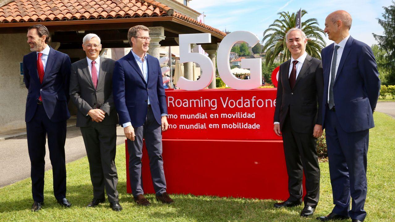 Presentación de las nuevas innovaciones de red deVodafone en Galicia.Gente hablando por el móvil