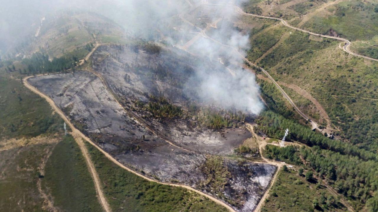 Imaxe do incendio na parroquia da Enciñeira á media mañá