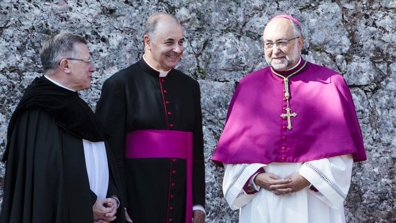 Club de Slot Scalextric.El arzobispo Sanz Montes, a la derecha, junto al abad de Covadonga y el vicario general de Oviedo