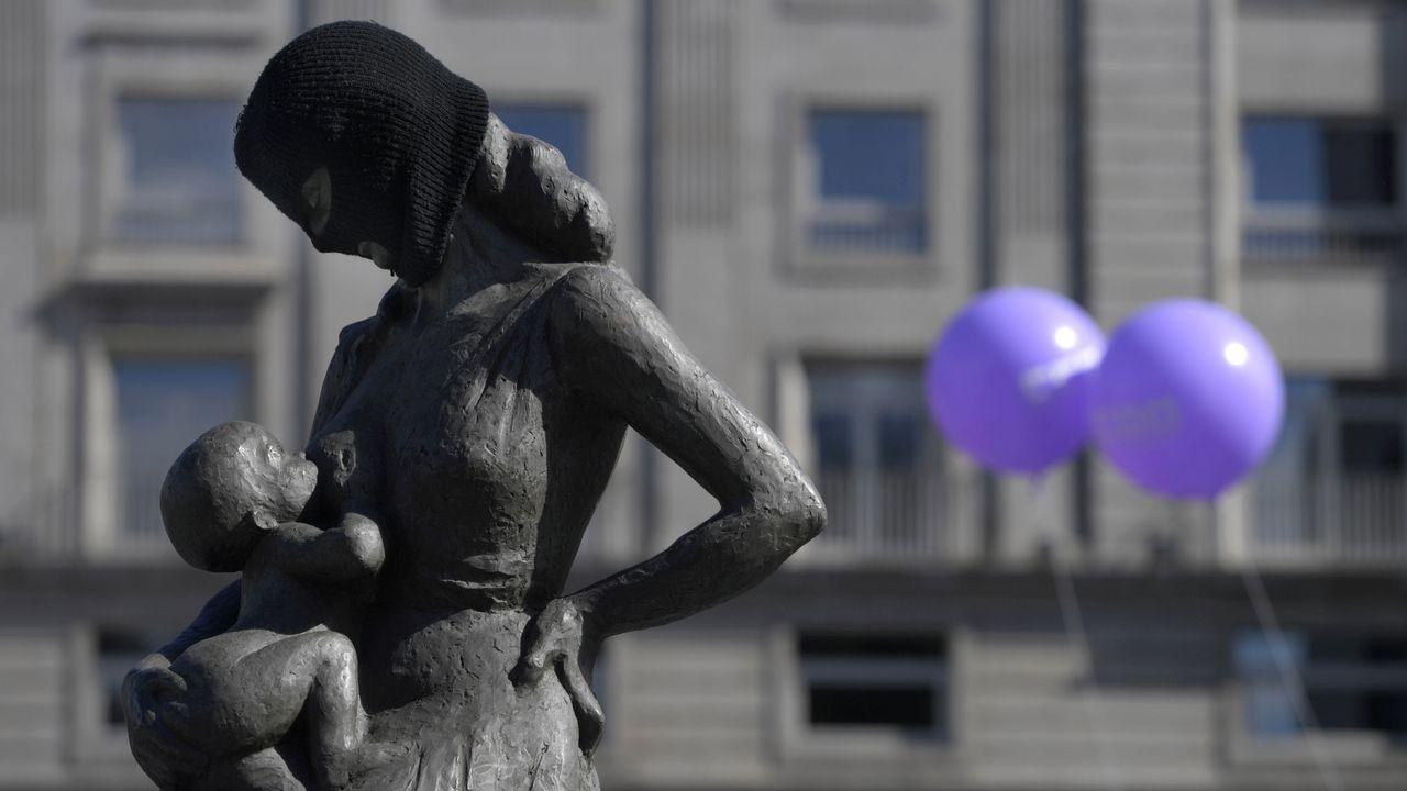 Una escultura aparece cubierta con una máscara negra durante una concentración por los derechos de las mujeres en Oviedo