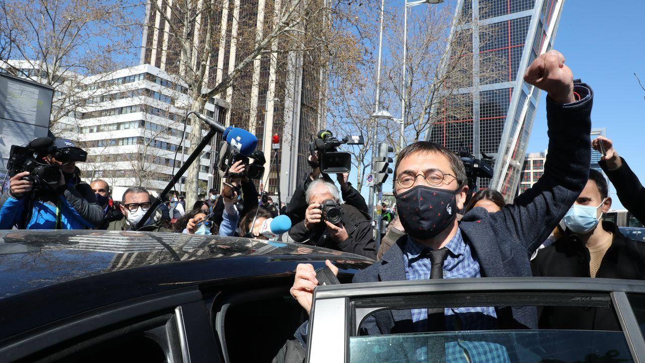 A la salida de los juzgados tras su declaración por el caso Neurona, Monedero levantó la mano y gritó «sí se puede»