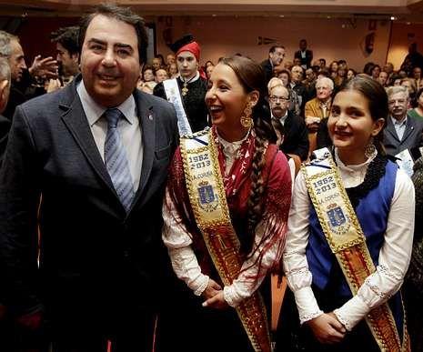 El alcalde posa con dos meigas antes de su conferencia.