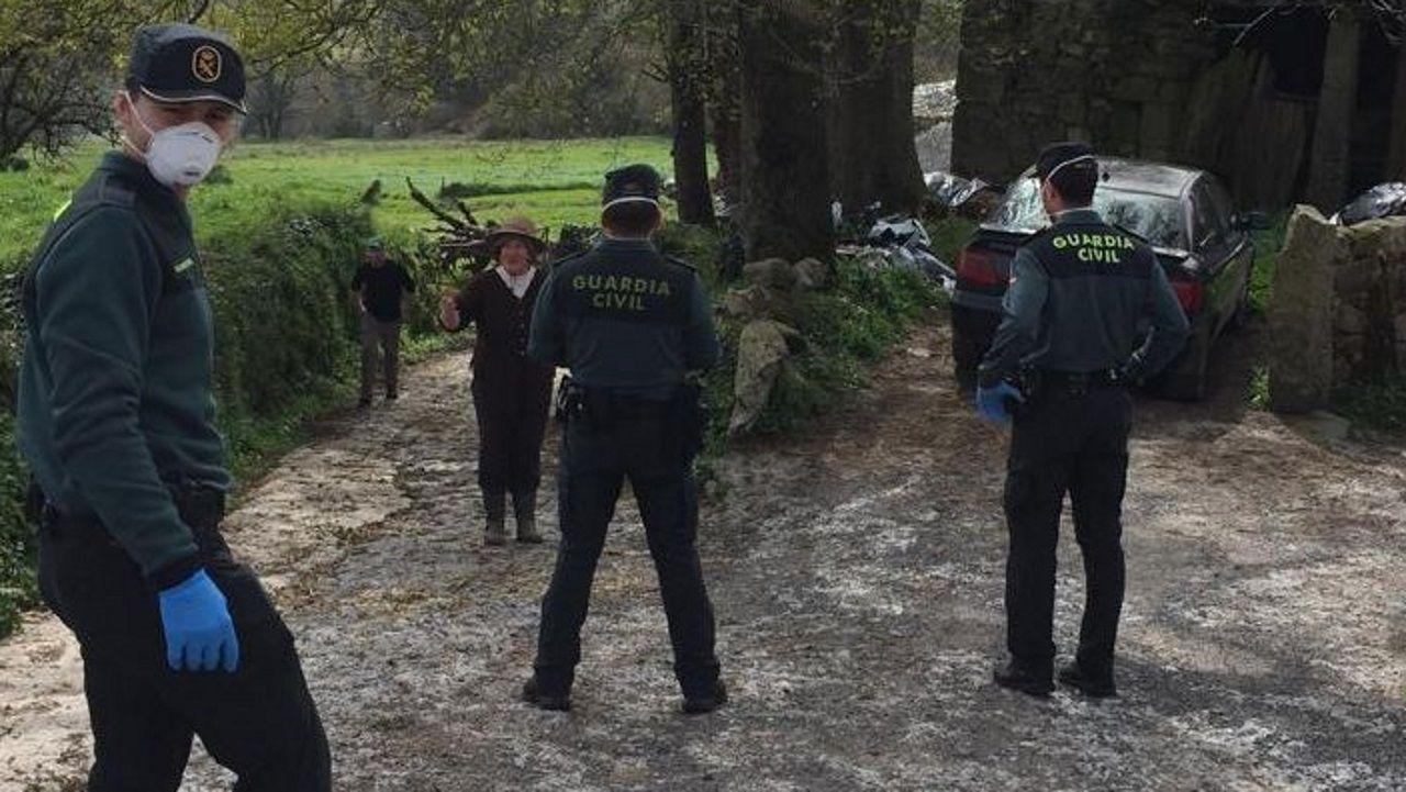 Los militares, empezando a desinfectar el geriátrico de Covas, en Viveiro, este martes a mediodía