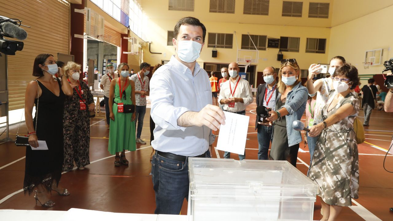 En la imagen, Feijoo ejerce su derecho a voto en el colegio Niño Jesús de Praga, en Vigo