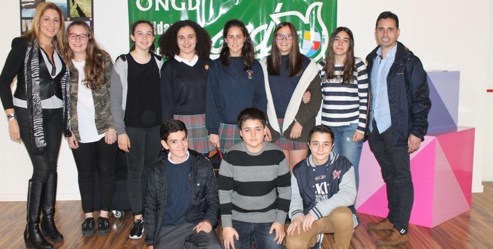 Alumnos de 3º de la ESO de los Maristas inauguraron una exposición de fotografías con fines benéficos en The Style Outlets de Culleredo.