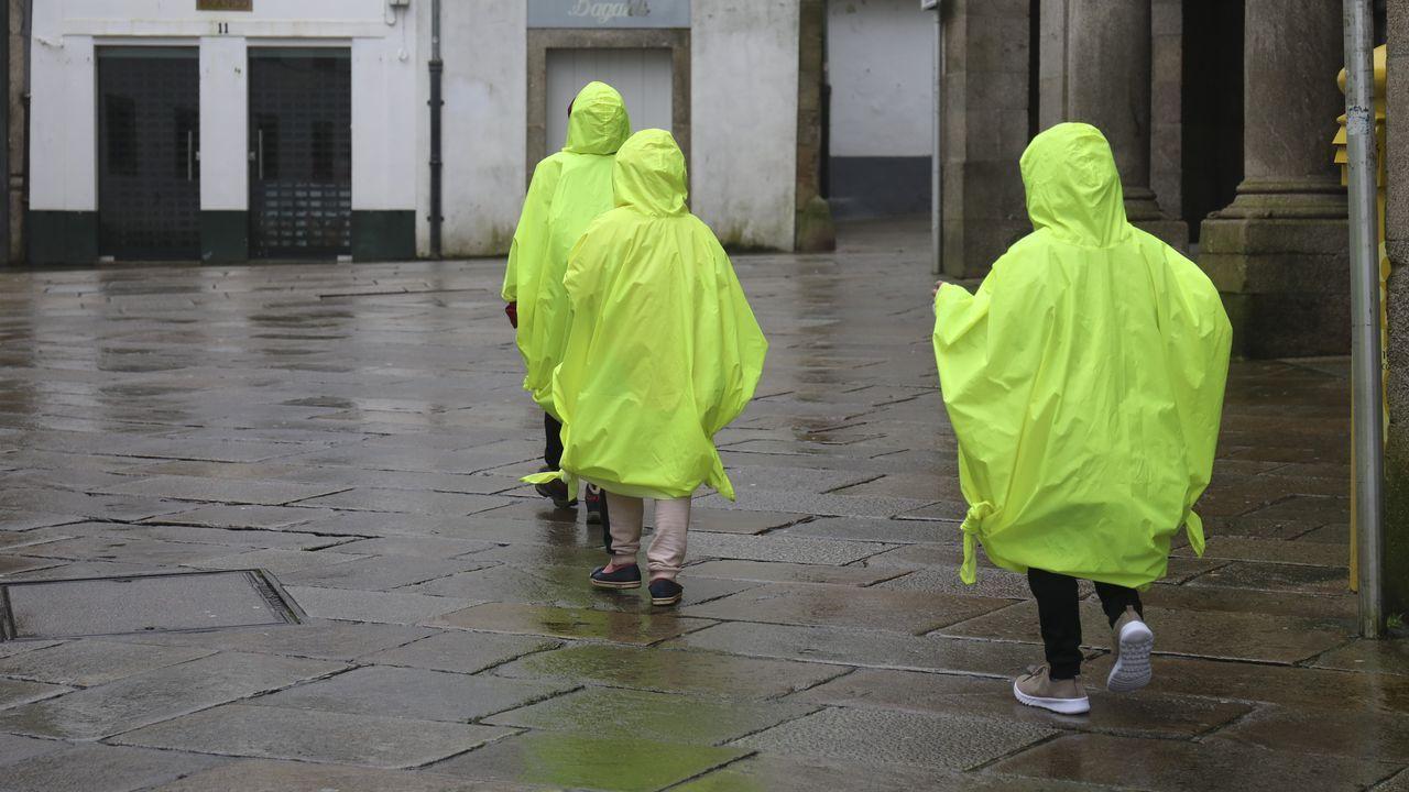 Peatones en las calles de Santiago bajo la lluvia