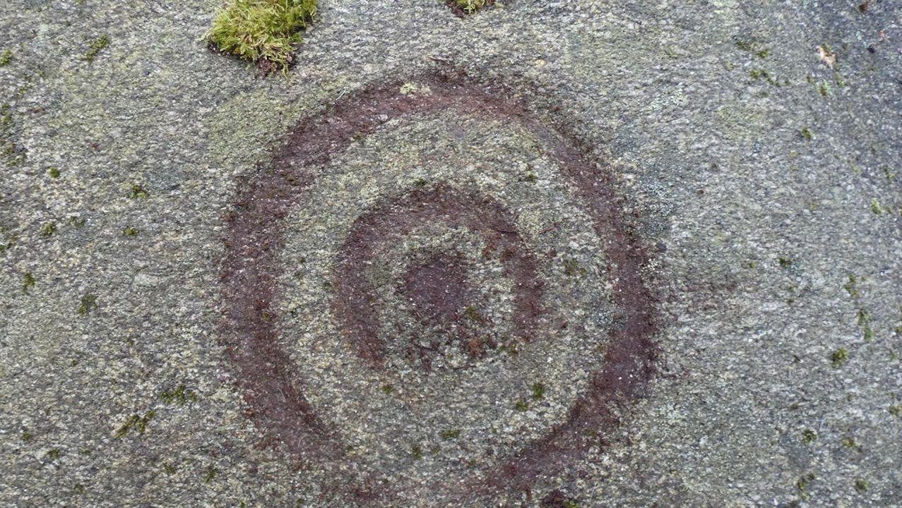 La desastrosa carretera desde Baralla hasta la A-6 en Neira de Rei.Dous círculos concéntricos e unha coviña central nos petroglifos atopados en Castroverde