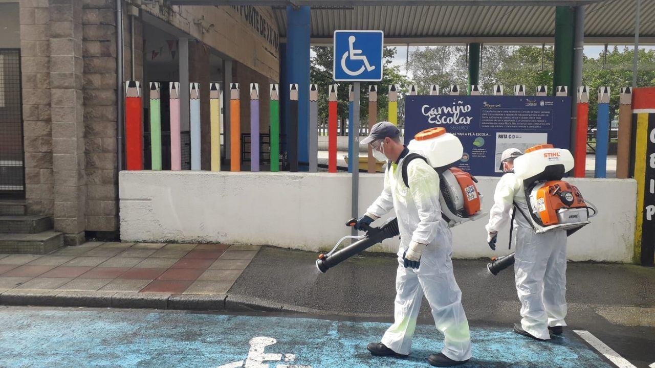 Trabajos de desinfección del Concello en un centro educativo de Narón, en una imagen de archivo