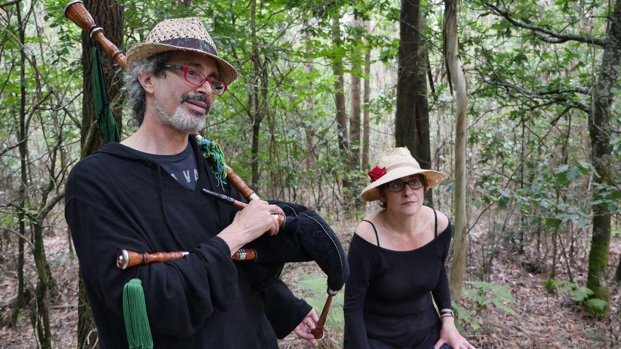 Miguel y María forman el dúo Anduriñas da Ría. Tocan para los peregrinos